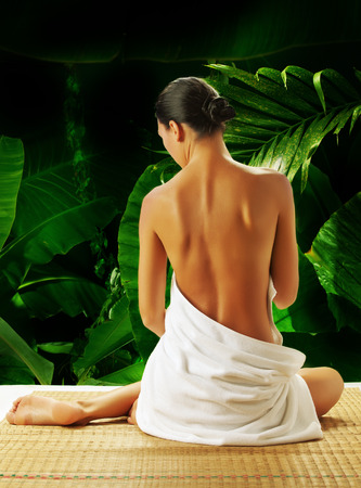 Retrato de mujer joven y bella en el banner ambiente de spa Foto de archivo