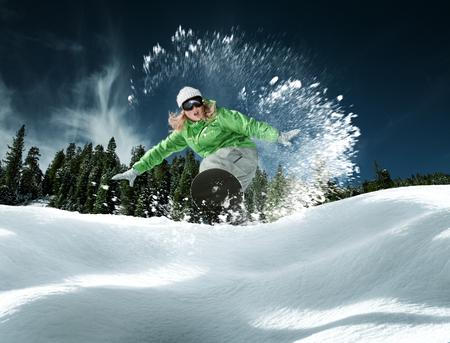 Blick auf ein junges Mädchen, Snowboarden im Winter Umwelt