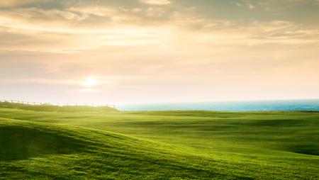 vista panorámica de la colina verde agradable en el fondo del cielo azul