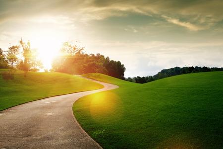 Panoramablick auf schönen grünen Hügel und den Pfad bei Sonnenuntergang
