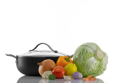 utensilios de cocina: Cierre de vista de bonito utensilios de cocina con algunas verduras en el color blanco de espalda