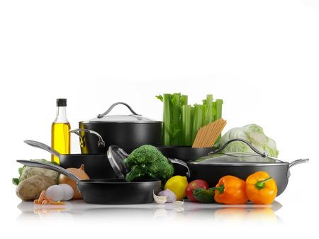 utensilios de cocina: Cierre de vista de bonito utensilios de cocina conjunto con algunas verduras en blanco de nuevo