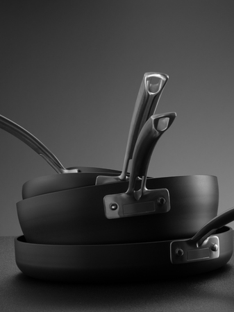 utensilios de cocina: Cierre de vista de bonito utensilios de cocina situado en la espalda gris