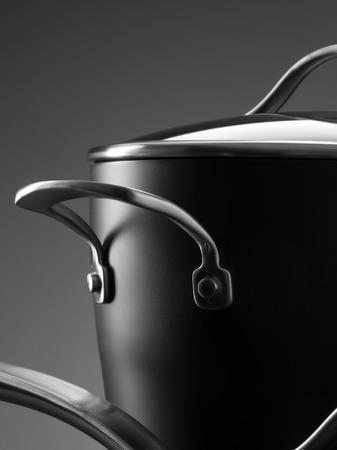 utensilios de cocina: Cierre de vista de buen conjunto de utensilios de cocina en el color gris de vuelta Foto de archivo