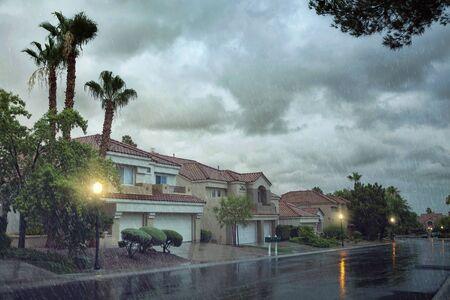 vista panorámica de la calle vacía tarde por la noche durante las lluvias fuertes Foto de archivo