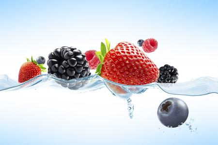 comiendo frutas: Vista de cerca de bayas frescas agradables en el fondo azul