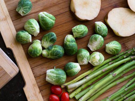 celulosa: Cierre de vista de buenas verduras frescas en el fondo de color