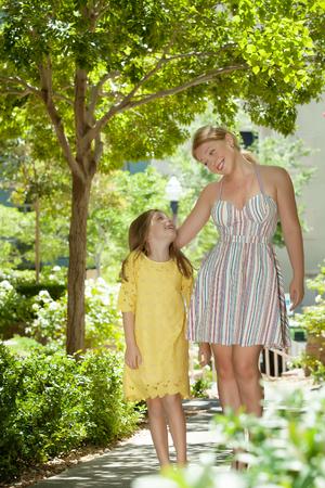 familia abrazo: retrato de la madre feliz con la hija de haber buen tiempo en verano, el medio ambiente Foto de archivo