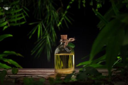 Nahaufnahme von schönen kleine Flasche mit Massageöl auf Farbe zurück Standard-Bild