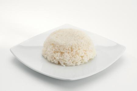 llanura: Cierre de vista de plato de arroz blanco fresco en la parte posterior del blanco