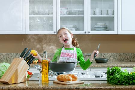 aceite de cocina: vista de la hermosa joven que cocina en la cocina