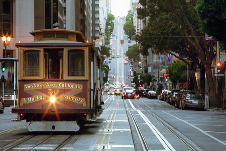 view of historical cable car on famous van ness ave  in san francisco 新聞圖片