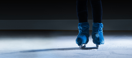 close up view of figure skater on dark ice arena background Banque d'images