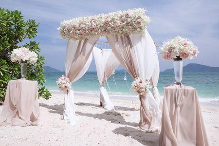 vue de la décoration de mariage sur la plage d'été tropicale