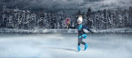 Vista de la patinadora artística infantil en el fondo del lago de invierno