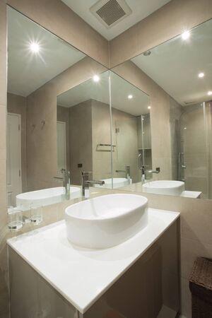 view of nice tiled contemporary modern restroom Standard-Bild