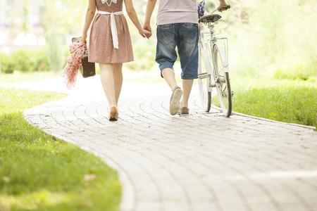 自転車で公園内の愛情のあるカップル