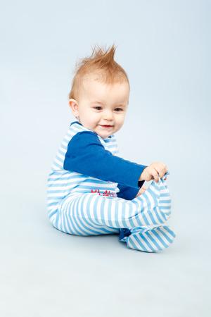 ブルーのストライプのシャツで美しい小さな赤ちゃん