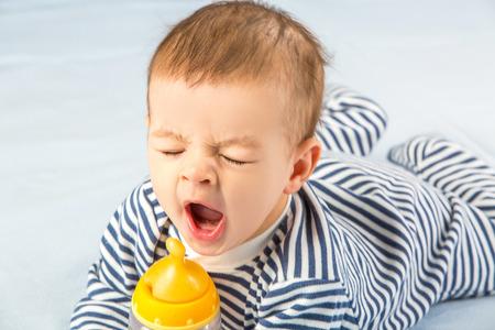 ボトルからミルクを飲む赤ちゃん 写真素材