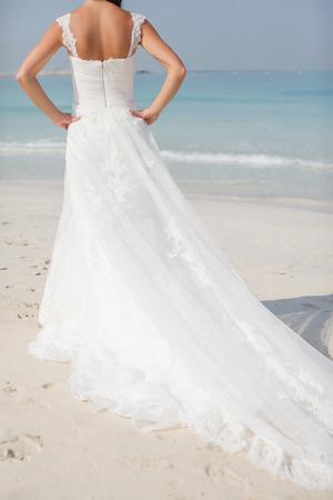 美しいビーチの結婚式で花嫁の晴れた日