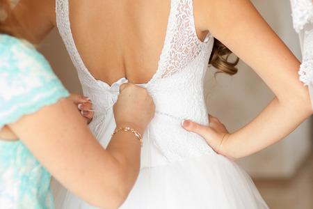 花嫁介添人ドレスに花嫁を支援しています