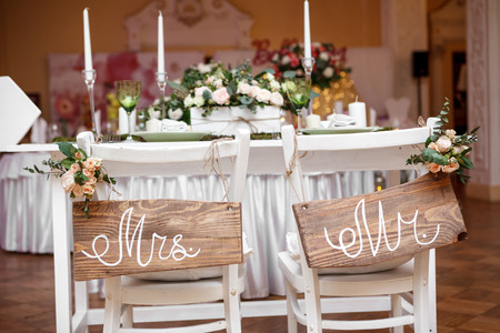 party table: Mr. & Mrs. Sign on the chair Stock Photo