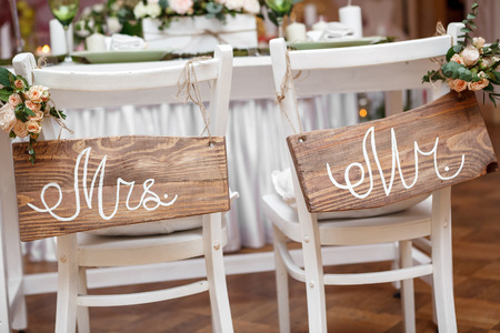 Mr. & Mrs. Sign on the chair Standard-Bild