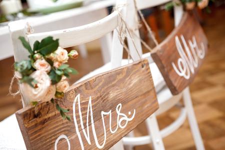 Mr. & Mrs. Anmeldung auf dem Stuhl Standard-Bild - 38986958