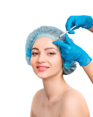 彼女の顔に化粧品のボトックス注射を受ける若い美しい女性をクローズ アップ