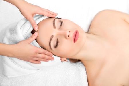 Jonge mooie aantrekkelijke vrouw die gezichtsmassage en spa-behandeling. Perfect Skin. Huidverzorging. Jonge huid