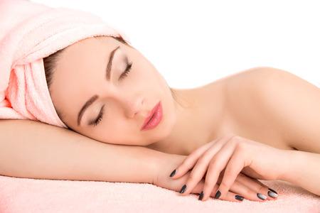 Junge schöne attraktive Frau, die Gesichtsmassage empfängt und Spa-Behandlung auf weißem Hintergrund. Perfect Skin. Hautpflege. Junge Haut Standard-Bild - 41501323