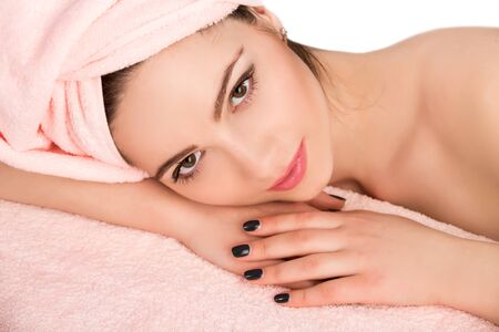 masaje facial: Joven y bella mujer atractiva recibiendo tratamiento de masaje y spa facial sobre fondo blanco. Piel Perfecta. Protección De La Piel. Piel joven Foto de archivo