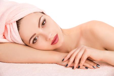 tratamiento facial: Joven y bella mujer atractiva recibiendo tratamiento de masaje y spa facial sobre fondo blanco. Piel Perfecta. Protecci�n De La Piel. Piel joven Foto de archivo