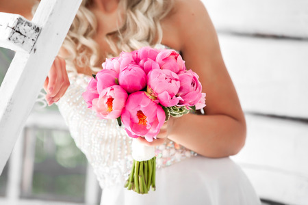 신부 분홍색 모란의 아름다운 결혼식 꽃다발을 들고 스톡 콘텐츠