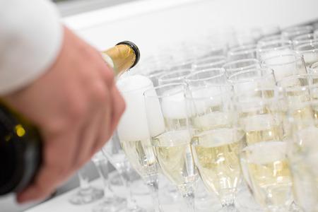 Der Kellner gießt Champagner in den Gläsern Standard-Bild - 48038171