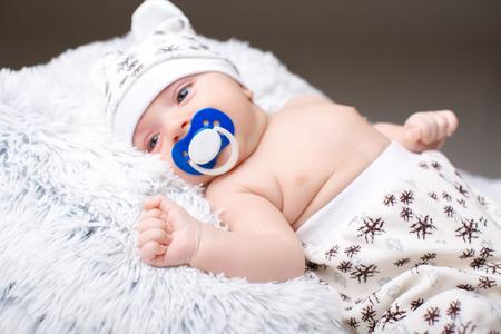 la mano del niño. el bebé está durmiendo
