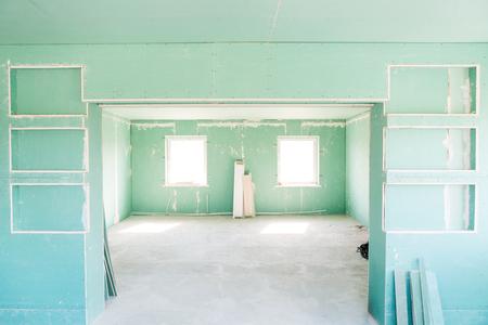 乾式壁と空の部屋。家の中の修理。