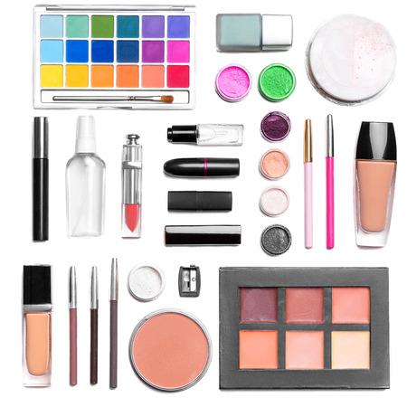 化粧品のセット: アイシャドウ、口紅、マスカラー、パウダー、リップ ペンシル、財団。トップ ビュー