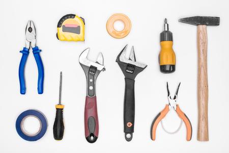 alicates: un conjunto de herramientas: martillo, destornillador, alicates, llave ajustable, cinta métrica. vista superior