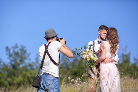 결혼식 사진 작가는 자연에서 행동의 사진을 신부의 사진과 신랑 소요