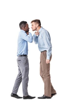 hombre de negocios estadounidense y un empresario de raza blanca argumentando sobre fondo blanco