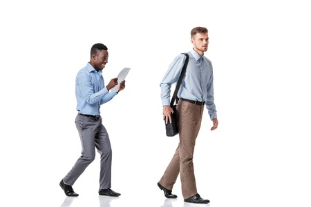 robo: un hombre de negocios robó a otros documentos de la bolsa aislados en un fondo blanco