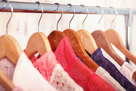 vestiti delle donne rosa sui ganci sulla cremagliera nel negozio di moda. guardaroba