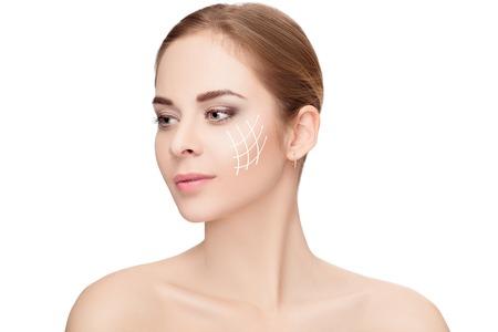 白い背景があるに彼女の顔に矢印と女性のスパ ポートレート