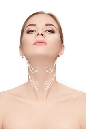 白い背景の上の顔に矢印を持つ女性。首リフト co 写真素材