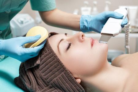 Kosmetiker macht Ultraschallreinigung des Gesichtes. Kosmetologie Standard-Bild - 75074355