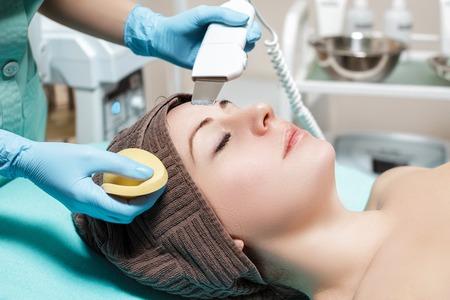 Esthéticienne fait le nettoyage ultrasonique du visage. cosmétologie