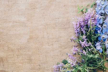 flores rosadas en la arpillera, visión superior. Espacio libre para texto Foto de archivo