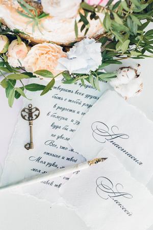 Invitaciones a boda, llave y flores Foto de archivo - 80738016