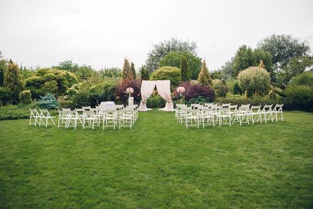 Bogen und Stühle für die Hochzeitszeremonie
